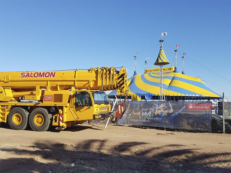 """Desde el 30 de agosto hasta el 17 de septiembre se presentó en Uruguay el circo más famoso del mundo, el Cirque du Solei, con su espectáculo Amaluna; y Salomón Grúas trabajó con ellos. Los servicios que le brindamos a la compañía se pueden dividir en dos. En primer lugar le arrendamos directamente a la casa matriz del Cirque du Solei en Canadá, baterías de baños para el público tanto en Paraguay como en Uruguay. Nos encargamos de proveer los baños, así como también del traslado, instalación, mantenimiento y desmontaje de los mismos. Dado que el circo se presentó antes en Asunción, los baños se trasladaron en un primer momento de Montevideo hasta la capital paraguaya, para luego volver y ser instalados en Uruguay. El otro servicio que brindamos fue a través de un contrato con AM Producciones, empresa encargada de traer el show a Uruguay, con quien se acordó la renta de maquinaria para el """"setup, city run y tear down"""" (montaje, desarrollo y desarme) de las instalaciones del circo en Uruguay. Los equipos que estuvieron trabajando para en el Cirque du Solei fueron: Grúas de 50, 80 y 100 toneladas, torres de iluminación, elevadores 4x2 y 4x4 diesel y eléctricos, manipuladores telescópicos, tijeras de elevación, boom articulados y minicargadores con martillo. Todos los trabajos que se realizaron fueron bajo las estrictas normas de calidad y seguridad del Cirque du Solei, y bajo supervisión de Salomón Grúas. Agradecemos la confianza en nuestra empresa al Cirque Du Soleil y AM Producciones. Esta ha sido una recompensa a todos los esfuerzos que hemos realizado a lo largo del tiempo para cumplir con los más altos estándares de seguridad y calidad. Seguiremos trabajando para continuar siendo seleccionados por las empresas más exigentes tanto a nivel local como internacional."""